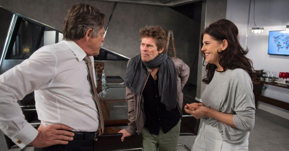 25.fev.2016 - Willem Dafoe conversa com José de Abreu e Bárbara Paz no estúdio de