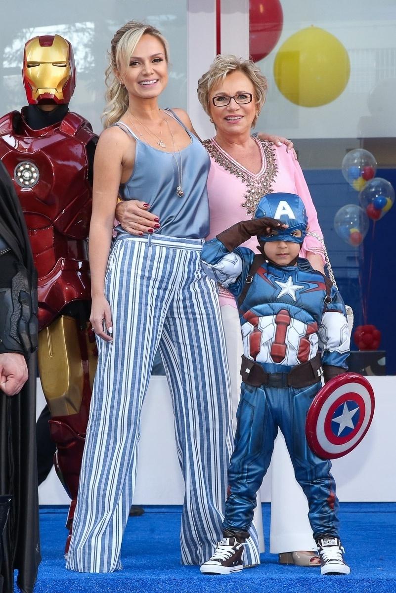 13.ago.2016 - Eliana celebra os cinco anos de seu filho, Arthur, ao lado da mãe, dona Eva, em um buffet em São Paulo
