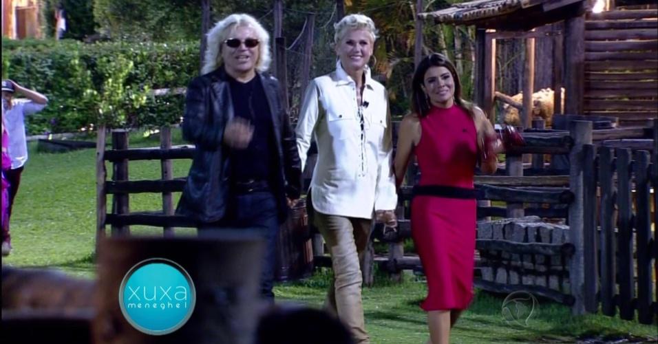 7.dez.2015 - Xuxa se despediu de todos e foi para o portão acompanhada por Ovelha e Mara Maravilha
