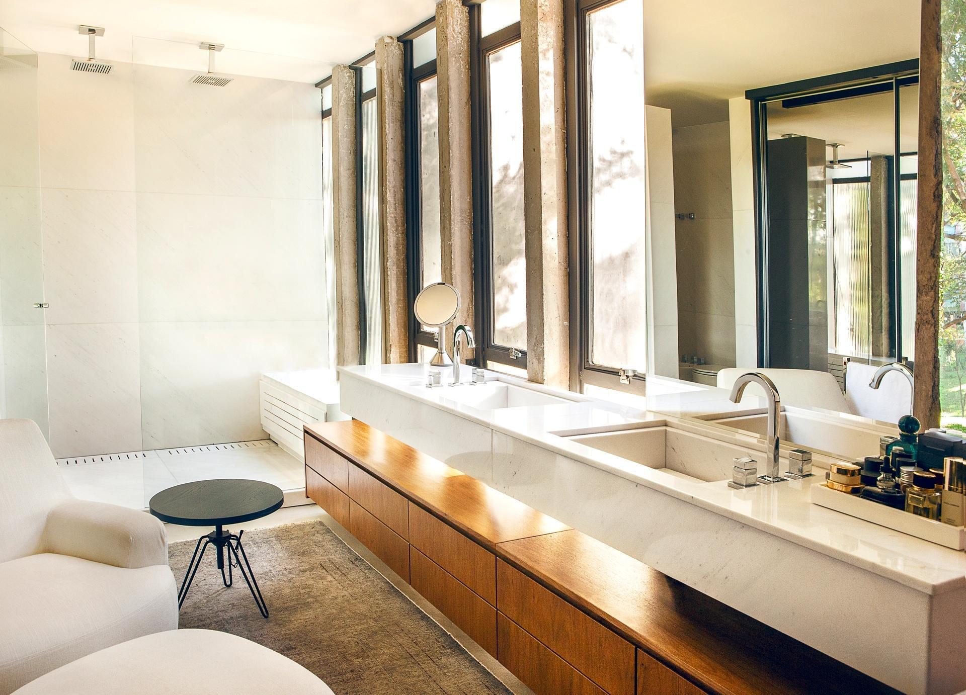 banheiro sob a bancada com duas cubas um gabinete generoso. Ainda no #724723 1920x1382 Bancada Banheiro Duas Cubas