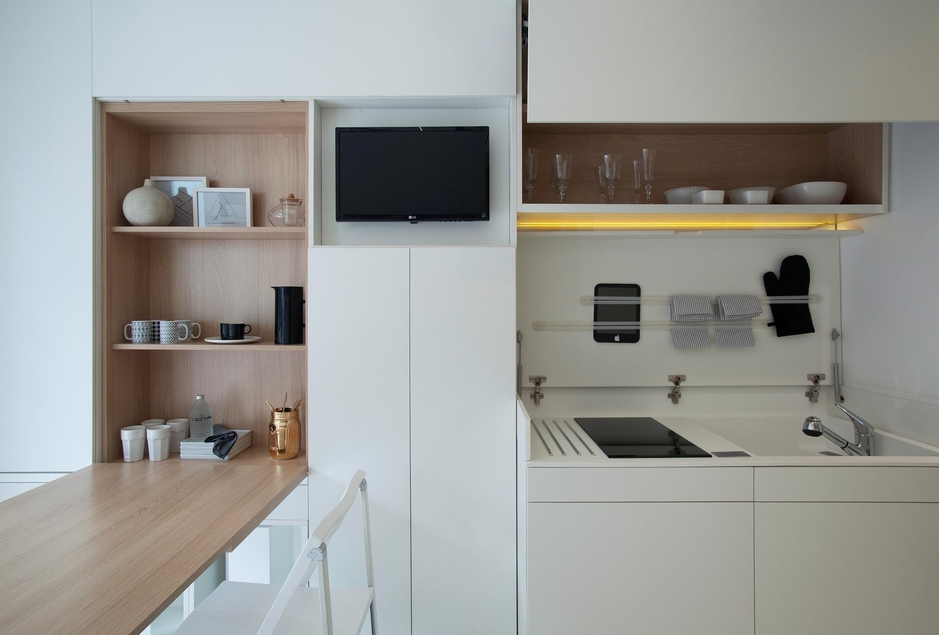 extensão da parede que abriga a mesa de jantar e a pequena cozinha  #5E493B 1920 1299