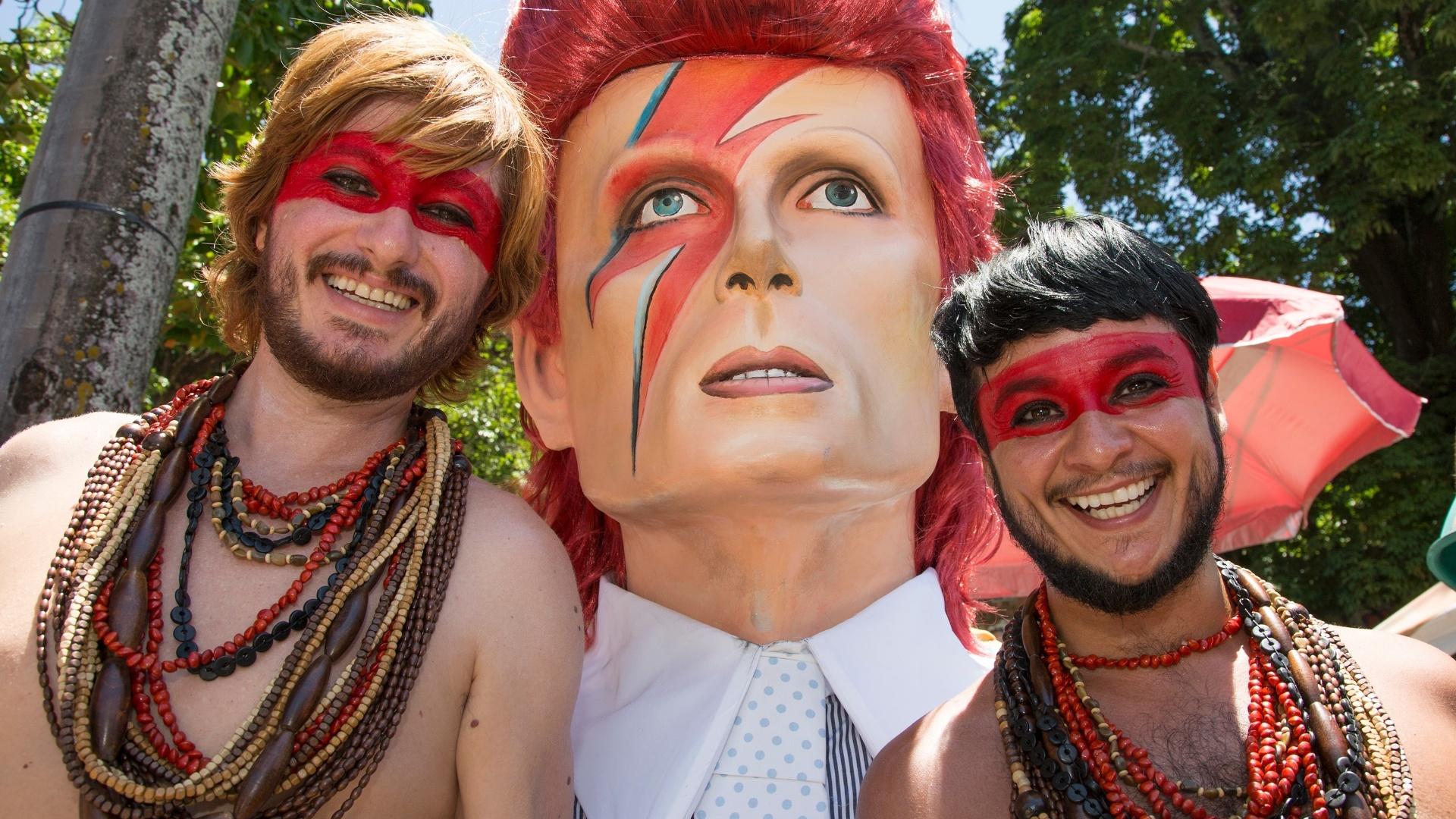 6.fev.2016 - Foliões posam com o a atração do bloco, o boneco de David Bowie, para curtir o bloco Bumba Meu Bowie no Carnaval de Olinda (PE).