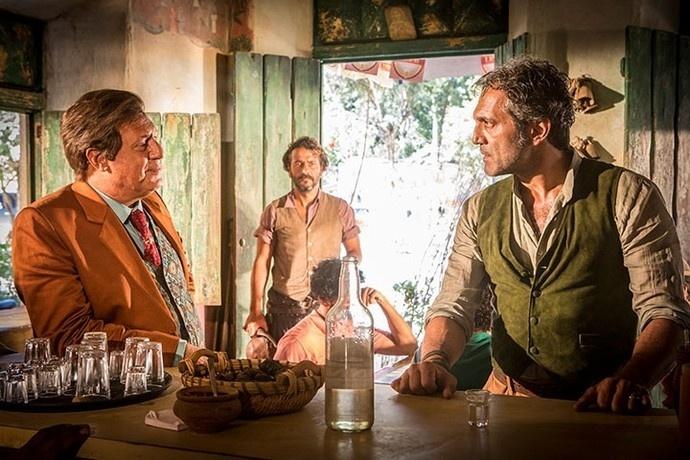 Santo (Domingos Montagner, à direita) encara Afrânio (Antonio Fagundes) e é ameaçado por Cícero (Marcos Palmeira) em