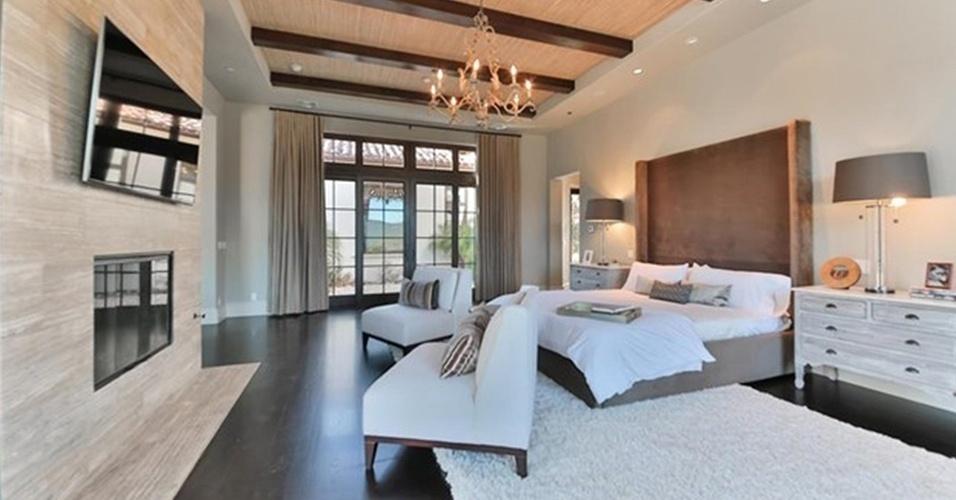 O quarto principal é o maior da casa e conta com closet (foto 14) e banheiro (foto 15). O ambiente é decorado nas cores branco, cinza e marrom, tem cama confortável com cabeceira imponente e um lounge equipado com lareira. A cantora Britney Spears colocou à venda por US$ 8,9 milhões, cerca de R$ 32 milhões (de acordo com a cotação de 13.maio.2016), uma de suas mansões, nos Estados Unidos