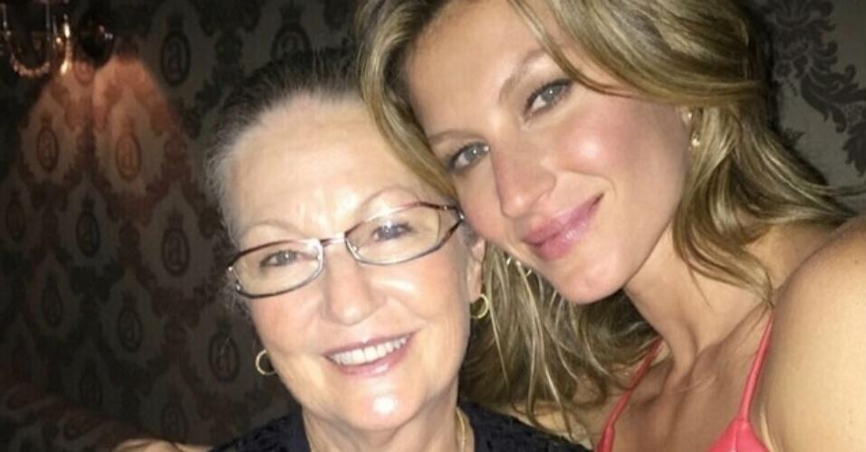 """23,jul.2015 - Gisele Bündchen homenageia a mãe, Vania, pelo aniversário dela. """"Feliz aniversário, mãezinha! Obrigada por ser um exemplo de amor, dedicação, humildade, generosidade, simplicidade e me ensinar o valor de trabalhar duro, sempre priorizando a família. Te amo muito e tenho muito orgulho de ser tua filha!"""", escreveu a top model em sua conta do Instagram"""