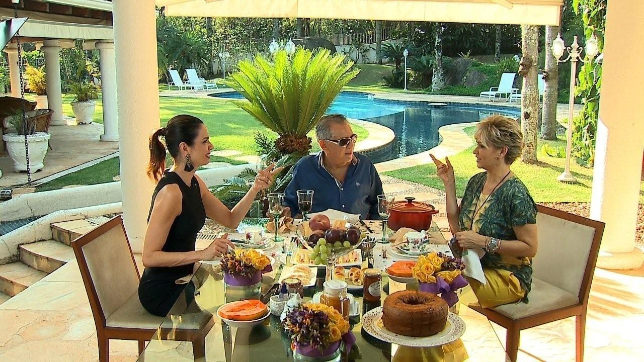Luciana Gimenez entrevista Carlos Alberto de Nóbrega e sua mulher, Andréa, na mansão do humorista