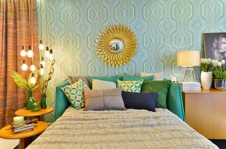 Um papel de parede pode transformar o visual do quarto. Márcia Andréa aplicou na Suíte da Filha para a Casa Cor Ceará um  revestimento estampado em tons esverdeados e azuis que