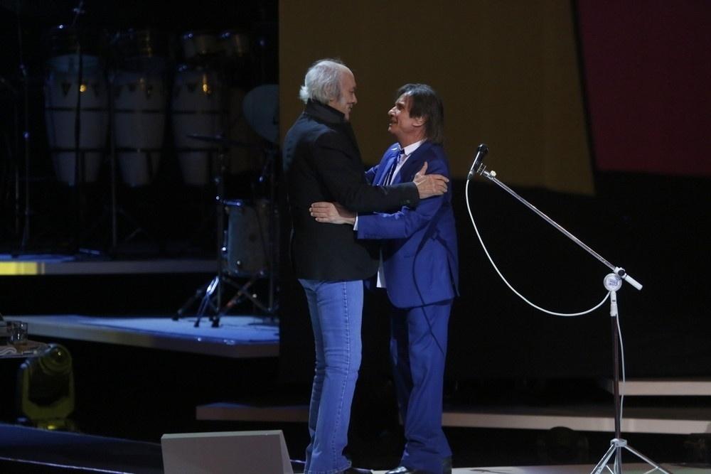 7.nov.2015 - Erasmo Carlos e Roberto Carlos se abraçam durante as gravações do especial do Rei no Teatro Municipal, no Rio de Janeiro