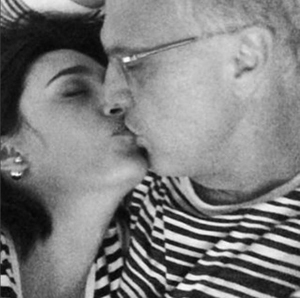 29.mar.2016 - Pode espiar à vontade! A jornalista Maria Prata escolheu uma foto bem romântica para homenagear o marido, Pedro Bial, que completa 58 anos nesta terça-feira (29)