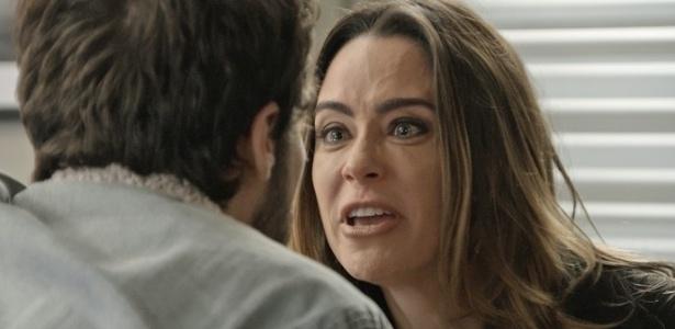 Giovanni (Jayme Matarazzo) tenta se explicar com Bruna (Fernanda Vasconcellos), mas ela perde o controle