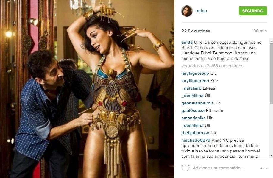 7.jan.2016 - Musa da Mocidade, Anitta mostra prova de fantasia de Cleópatra ao lado de Henrique Filho