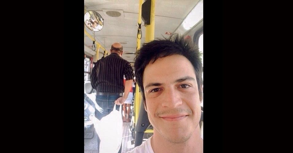 1.jul.2015 - Mateus Solano andou de transporte público no Rio de Janeiro e fez questão de fazer uma selfie para registrar o momento. Na legenda da imagem, publicada nesta quarta-feira no Instagram, o ator reclamou.