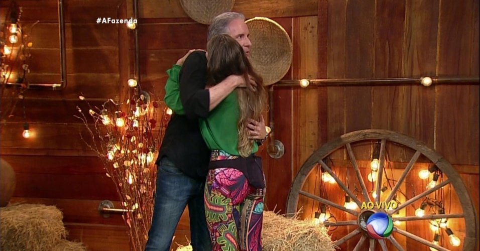 5.dez.2015 - Rayanne se despede de Roberto Justus ao ser eliminada de