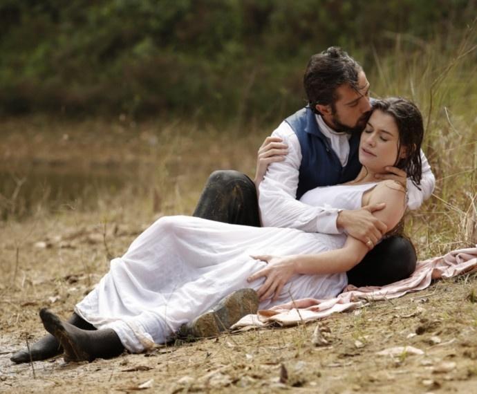 Felipe (Rafael Cardoso) salva Lívia (Alinne Moraes) em
