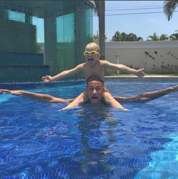 23.dez.2015- Neymar aproveitou a tarde ensolarada desta quarta-feira (23) para curtir com o filho, Davi Lucca, a piscina de sua casa no Guarujá, litoral de São Paulo. O atacante da seleção brasileira e do Barcelona está no Brasil para as festas do final de ano