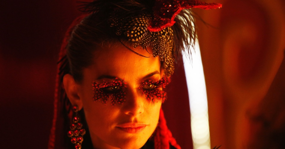 Alinne Moraes vive Tigrana, durante a filmagem do último número musical de