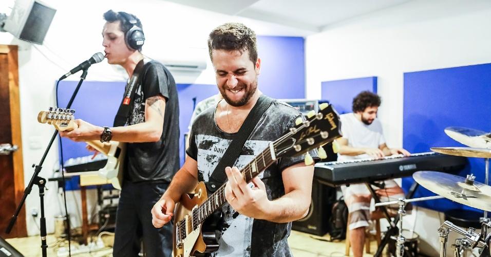 No início do ano, os cinco amigos contrataram um produtor para mostrar o trabalho do banda de uma maneira mais profissional.