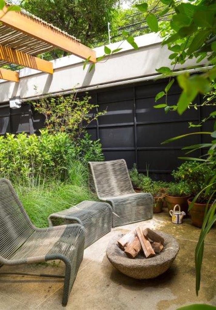 Na proposta da arquiteta Eliane Mesquita, o jardim de inverno descoberto recebeu uma espécie de lareira de pedra, que confere rusticidade e quebra o frio no inverno
