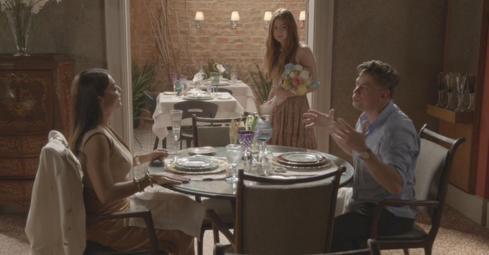 Vendendo flores, Eliza (Marina Ruy Barbosa) encontra Carolina (Juliana Paes) e Arthur (Fábio Assunção) em um restaurante. O dono da agência aposta que pode transformá-la em modelo em