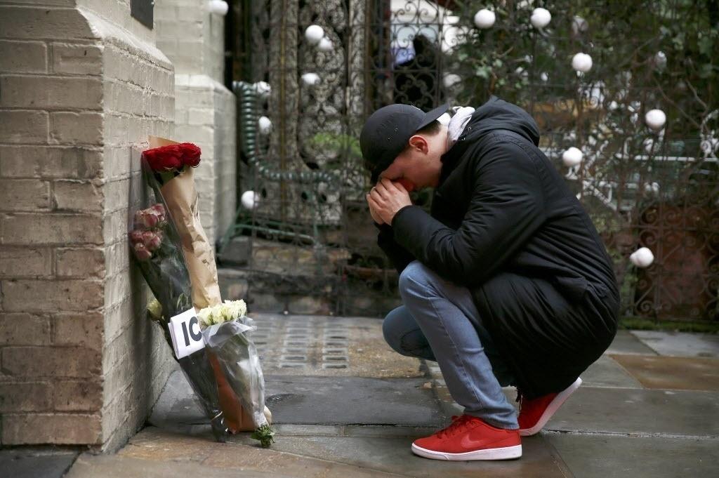 11.jan.2015 - Homem chora pela morte de David Bowie em frente ao local onde foi tirada a foto do álbum