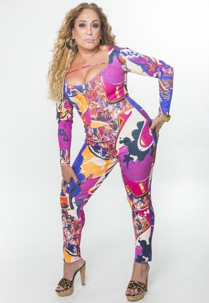 Susana Vieira vai aparecer com os cabelos enrolados e roupas colados e coloridas em
