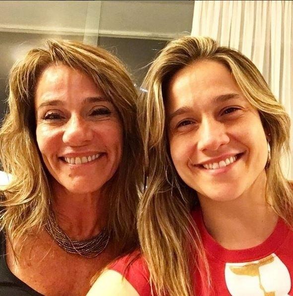 """26.dez.2015 - Ainda no clima de Natal, a jornalista Fernanda Gentil fez uma brincadeira ao postar uma foto com a sua mãe. """"Obrigada Mamy por me passar o nariz de batata e a veia na testa"""". E aí, você achou as duas parecidas?"""
