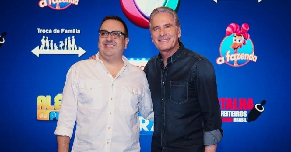 17.set.2015 - O diretor Rodrigo Carelli e o apresentador Roberto Justus posam durante evento da Record, em São Paulo. Os dois falaram sobre a nova temporada da