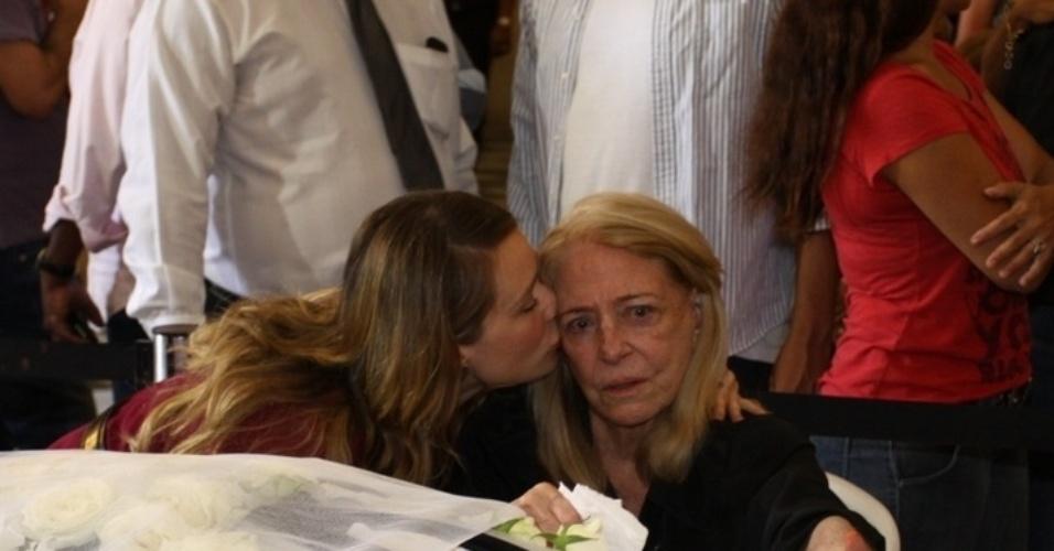 15.out.2015 - Atriz Mariana Ximenes consola a mulher de Miele, Anita, no velório na Câmara dos Vereadores no Rio de Janeiro