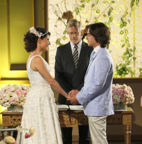 Após encontros e desencontros, Carol e Júnior se casam em