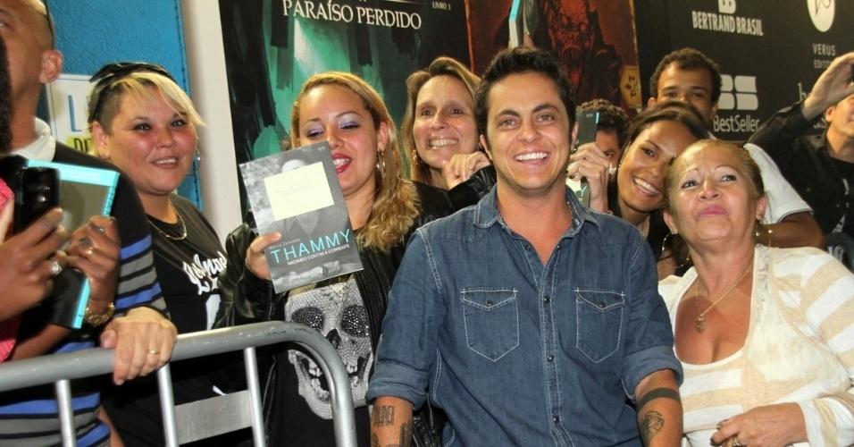 7.set.2015 - Thammy Miranda lança sua biografia,  'Nadando contra a corrente', ao lado da namorada, Andressa Ferreira, na Bienal do Livro no Rio de Janeiro