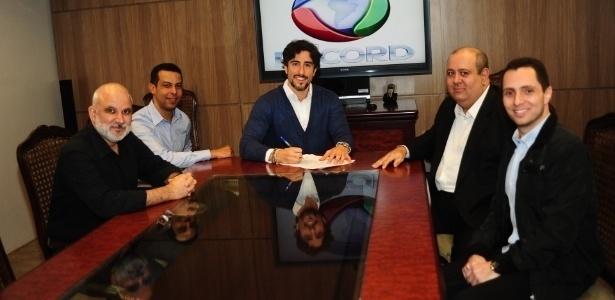 Marcus Vinícius Vieira (na frente, à esquerda), novo CEO da Rede Record, com Marcos Mion na assinatura do contrato do apresentador com o canal em junho de 2014
