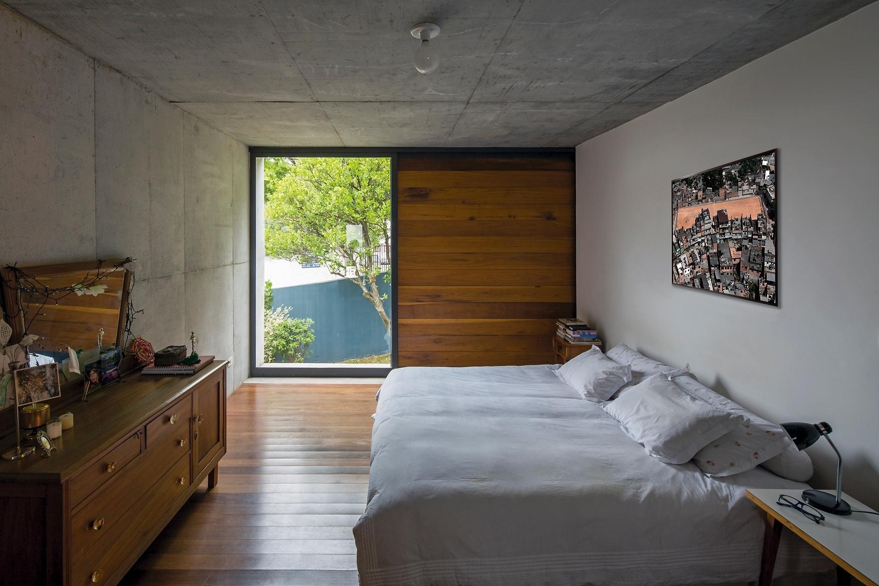 #838A41 tem vista para o jardim e piso de madeira (assoalho) além da janela  588 Janelas Em Madeira Para Quarto