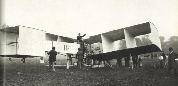 Fotografia do avião 14-Bis, criação de Santos Dumont