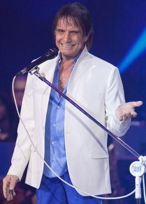 """8.nov.2016 - Roberto Carlos canta """"Que Vá Tudo Pro Inferno"""" em especial da Globo"""