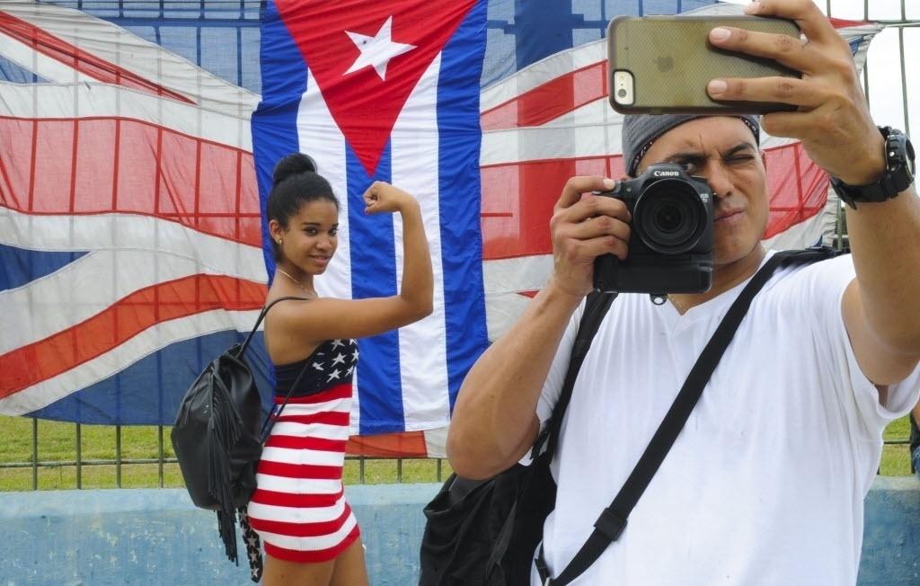 25.mar.2016 - Jovens posam para foto enquanto aguardam show gratuito dos Rolling Stones na Cidade Esportiva em Havana, Cuba