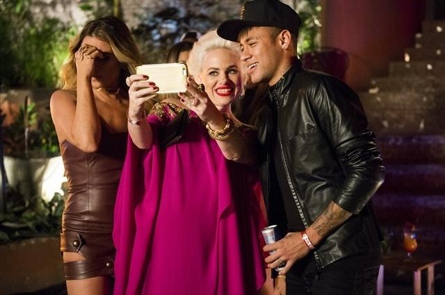 Sumara (Karine Teles) tieta Neymar e deixa Atena (Giovanna Antonelli ) envergonhada em festa no Morro da Macaca