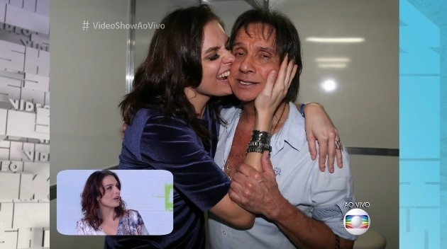 28.jan.2016 - Monica Iozzi morde a bochecha de Roberto Carlos