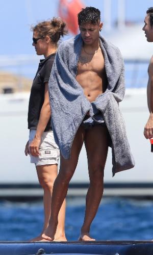 28.jul.2015 - Neymar se enxuga após mergulho no mar em Ibiza, na Espanha