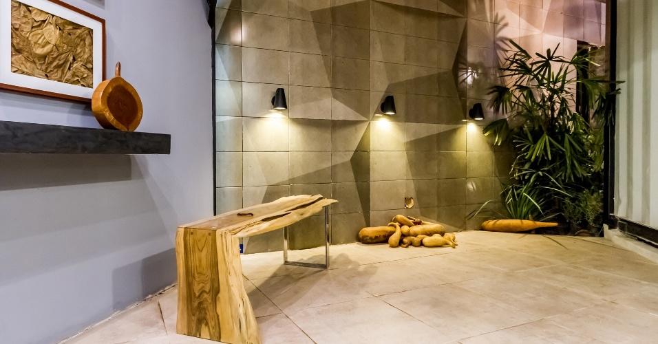 O Refúgio Contemporâneo está em um terreno com 140m², tem área construída de 55m² e demorou 30 dias para ficar pronto para a edição boliviana da Casa Cor 2016. O espaço é assinado pelo arquiteto Eduardo Baldelomar. Na foto, um pátio externo