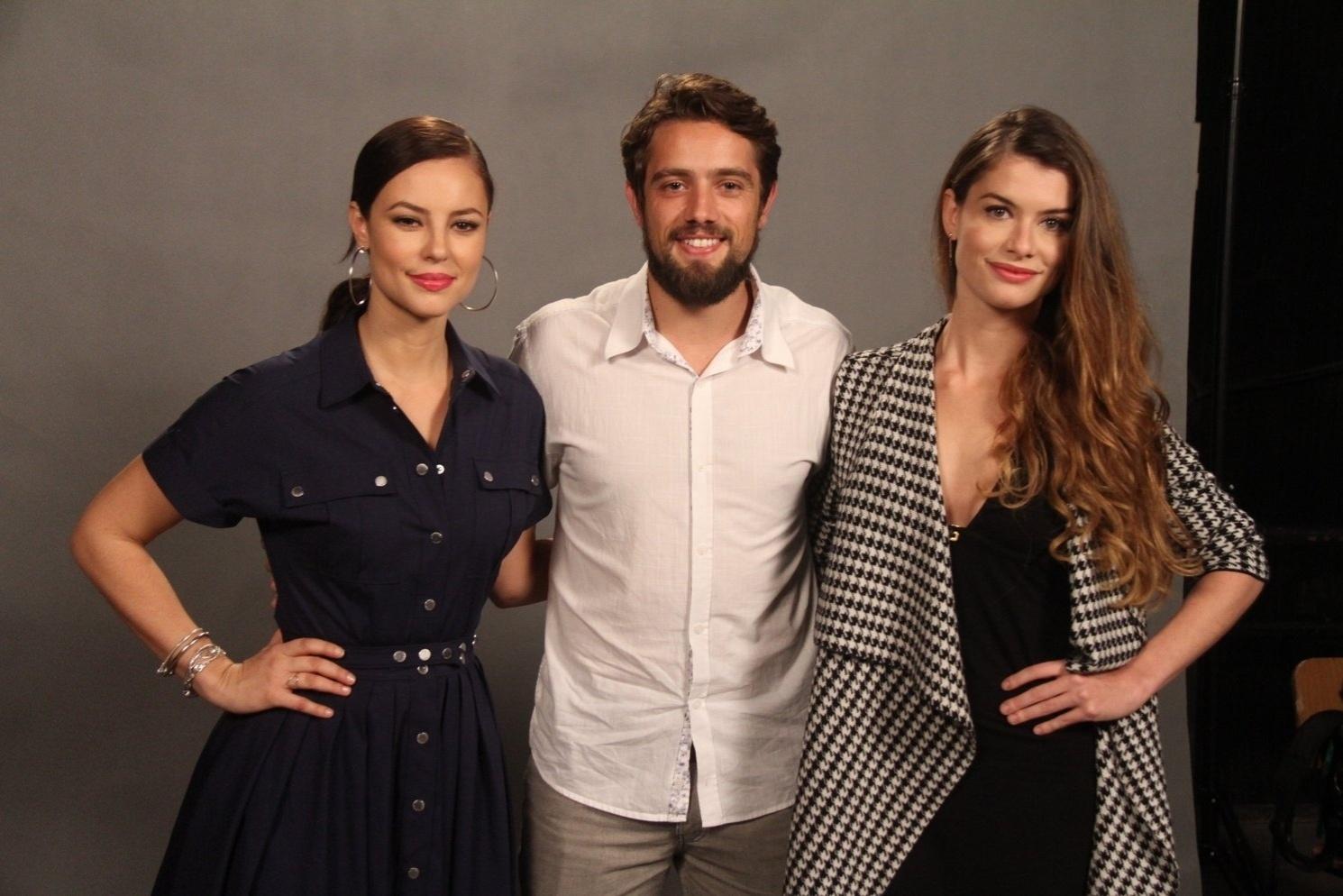 18.jun.2015 - Rafael Cardoso, Alinne Moraes e Paolla Oliveira posam para foto na coletiva de imprensa de