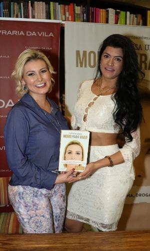 24.ago.2015 - Camila Vernaglia comparece ao lançamento do livro