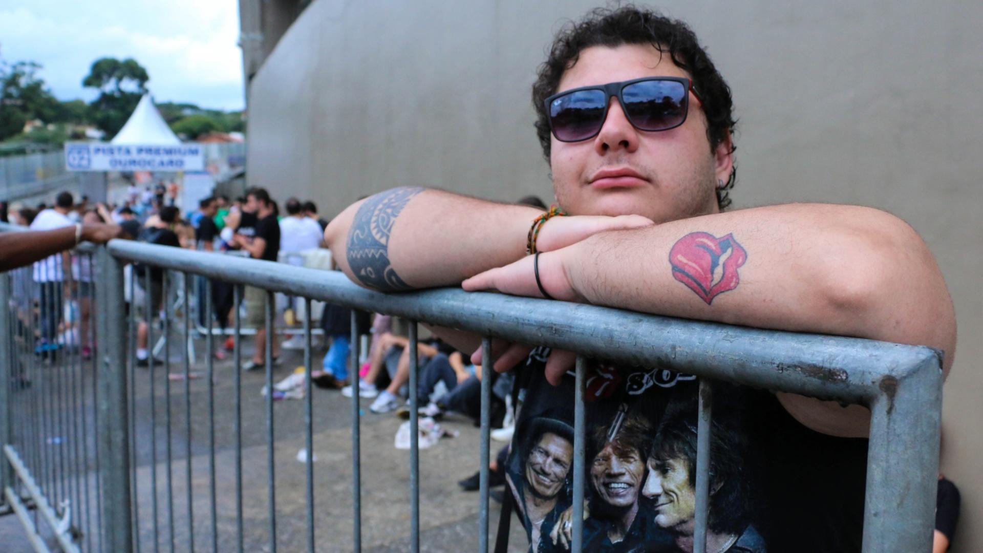 24.fev.2016 - Fã exibe tatuagem do símbolo dos Stones enquanto aguarda em frente ao estádio do Morumbi para assistir ao show da banda em São Paulo.