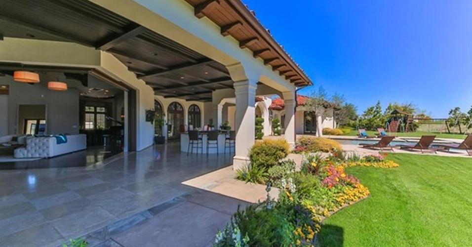 Um jardim florido e gramado ladeia a varanda espaçosa e a piscina da casa com 800 m², colocada à venda pela cantora Britney Spears. O imóvel fica na Califórnia, EUA, e chega à cifra de US$ 8,9 milhões (o equivalente a R$ 32 milhões, de acordo com a cotação de 13.maio.2016)