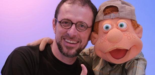 """O ator e diretor Fernando Gomes e seu boneco mais famoso, Júlio do """"Cocoricó"""""""