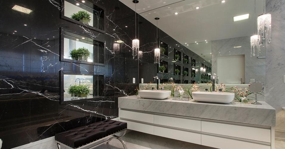 Preto e branco - O requinte do mármore Carrara dá o tom deste projeto assinado pelo arquiteto Aquiles Nícolas Kílaris, construído no interior de São Paulo. Destacam-se, ainda, o painel de mármore preto (Nero Marquina) com nichos espelhados, junto à generosa bancada com duas cubas iluminadas por pendentes de cristal