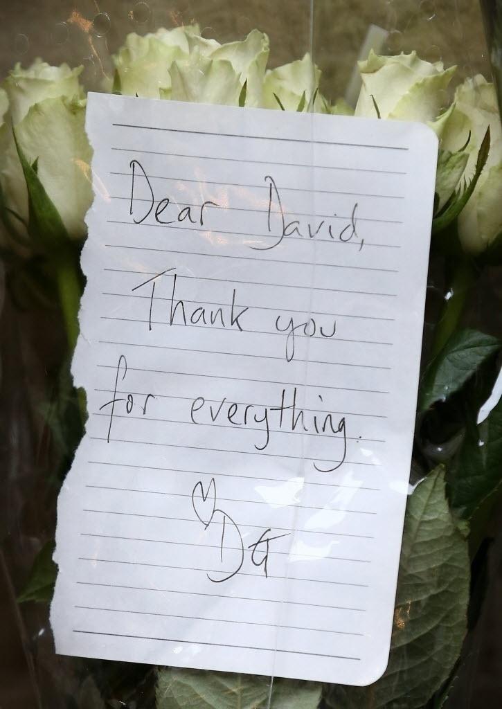 11.jan.2015 - Carta em homenagem a David Bowie é deixada em memorial em Brixton, no sul de Londres