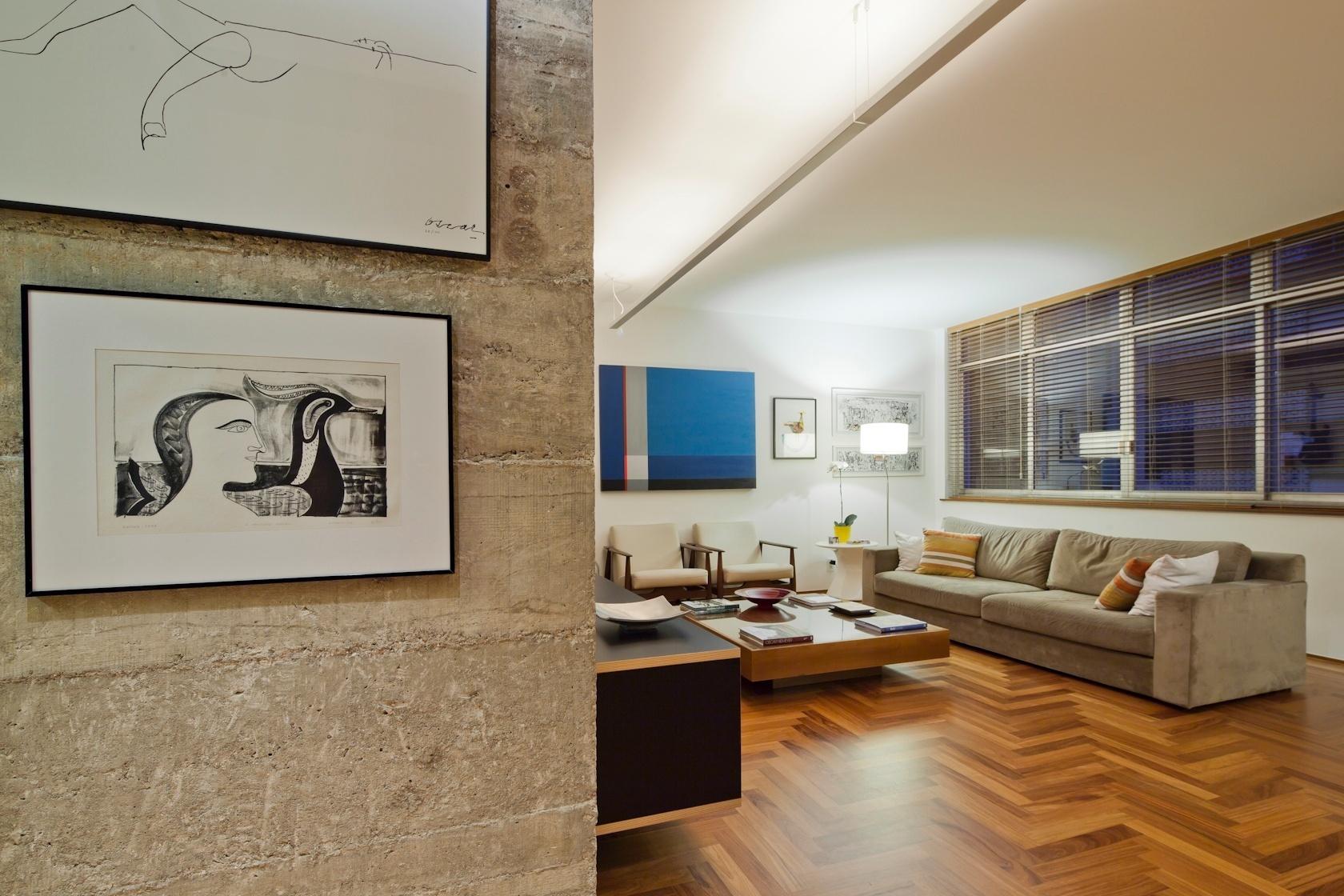 O pilar de concreto descascado ficou aparente e antecede as salas de estar e jantar do apartamento com 160 m², em São Paulo. Reformado pelo arquiteto Renato Dalla Marta, do escritório AUM, o projeto revestiu todo o piso com tacões de cumaru e pontuou a decoração com mobiliário desenvolvido no próprio escritório, como a mesa de centro