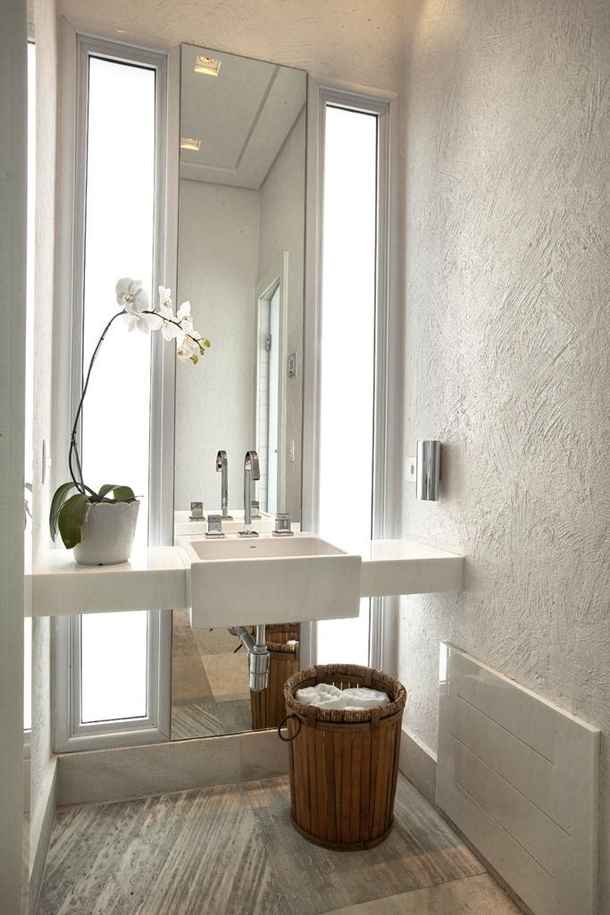 uol decoracao lavabo:Um segundo lavabo, dedicado à área de lazer, tem bancada livre em