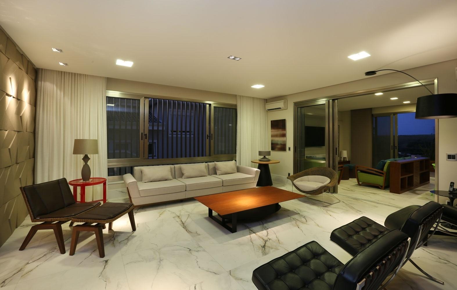Toda a iluminação da casa Campinas, inclusive nos abajures do estar, é feita com LEDs, mais duráveis e mais econômicos em longo prazo. O algodão para estofar o sofá foi reciclado e as poltronas levam lona de caminhão reutilizada. A arquitetura foi assinada por Teresa d'Ávila