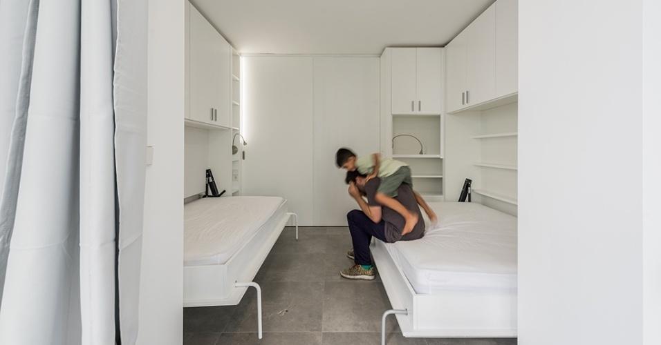 Quando a família precisa, o segundo quarto aparece com o movimentar dos módulos giratórios. Uma porta de correr garante a privacidade para o ambiente com duas camas embutidas. A reforma no apartamento no norte da Espanha foi idealizada pelos arquitetos do escritório PKMN